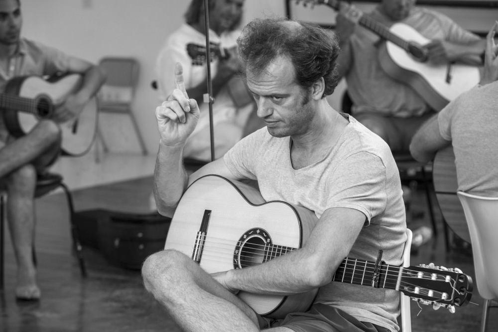 Tino van der Sman teaching his guitar students © John Flury